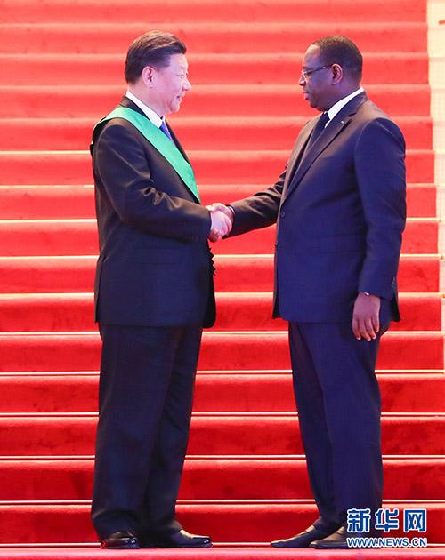 7月21日,塞内加以尔尽统萨勒向国度主席习近平赋予塞内加以尔国度最高荣誉勋章国度公狮勋位团弄父亲伟德体育。 新华社记者   谢环驰 摄