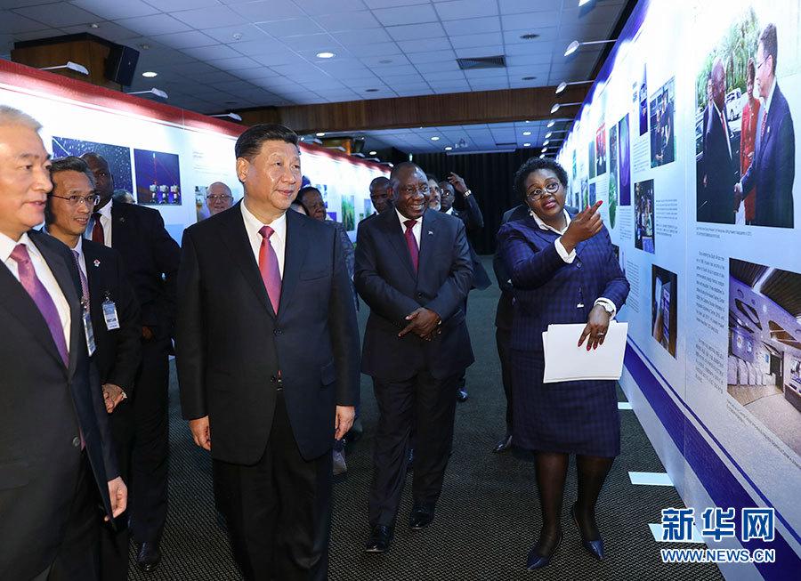 7月24日,国家主席习近平和南非总统拉马福萨在比勒陀利亚一道出席中南科学家高级别对话会开幕式。这是开幕式前,习近平和拉马福萨共同参观中南科技创新合作成果图片展。 新华社记者 谢环驰 摄