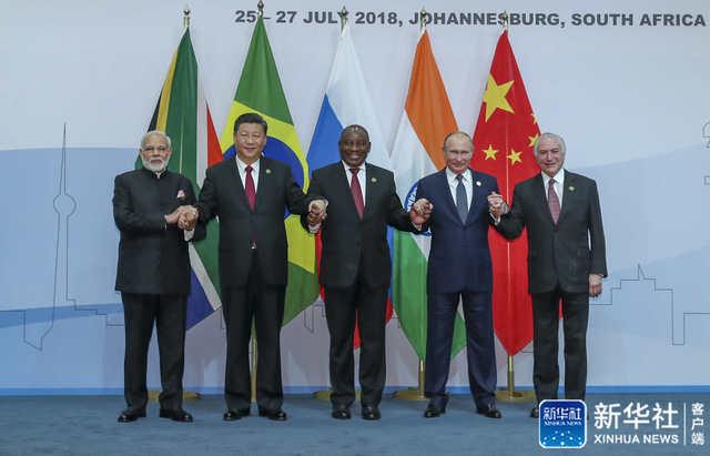 7月26日,金砖国家领导人第十次会晤在南非约翰内斯堡举行。南非总统拉马福萨主持。中国国家主席习近平、巴西总统特梅尔、俄罗斯总统普京、印度总理莫迪出席。会前,习近平受到拉马福萨的热情迎接。新华社记者 谢环驰 摄