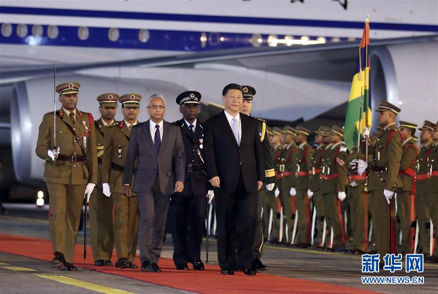7月27日,国家主席习近平抵达毛里求斯共和国,过境并进行友好访问。毛里求斯总理贾格纳特在机场为习近平举行隆重欢迎仪式。在贾格纳特陪同下,习近平检阅仪仗队。 新华社记者 丁林 摄