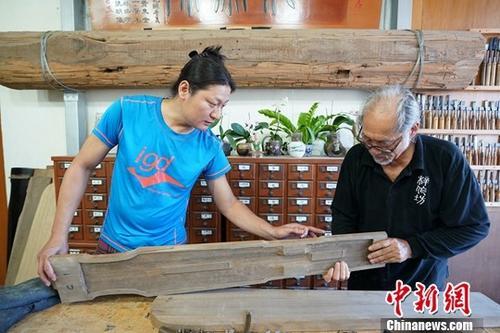 台湾斫琴师林立正与儿子林法制琴。中新社记者 张宇 摄