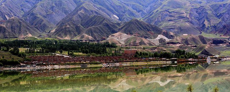 """德吉村村民住在景区里吃上""""旅游饭"""""""