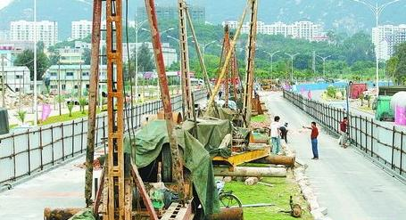 2007年,BRT开工建设。图为县黄路上的桩基施工机械