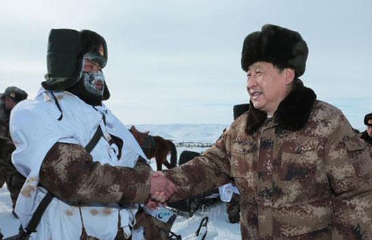 2014年1月26日,習近平來到祖國邊疆的內蒙古阿爾山,冒著零下30多度的嚴寒慰問在邊防線上巡邏執勤的官兵。來源:新華社