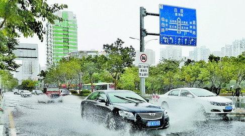 昨日午后大雨,湖滨北路多处路段积水。