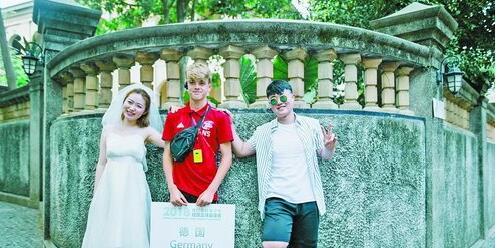 拍摄婚纱的情侣邀请球员合影。