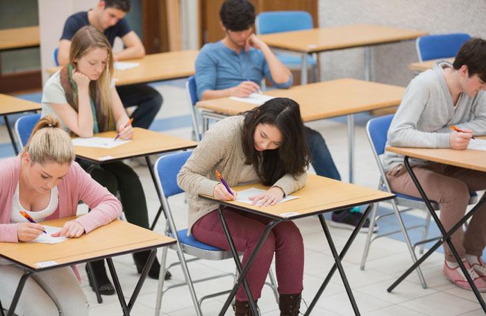 [英考试委员会因试题混淆罗朱人物面临巨额罚款