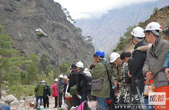 2015年4月,因地震被困尼泊尔的中国公民准备登机