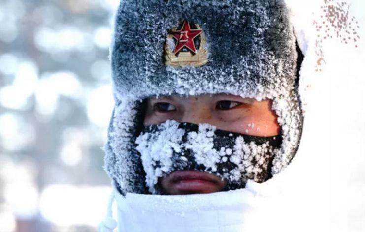 2018年2月5日,驻守在漠河县北极村的北部战区陆军某部官兵在执勤(来源:新华社)