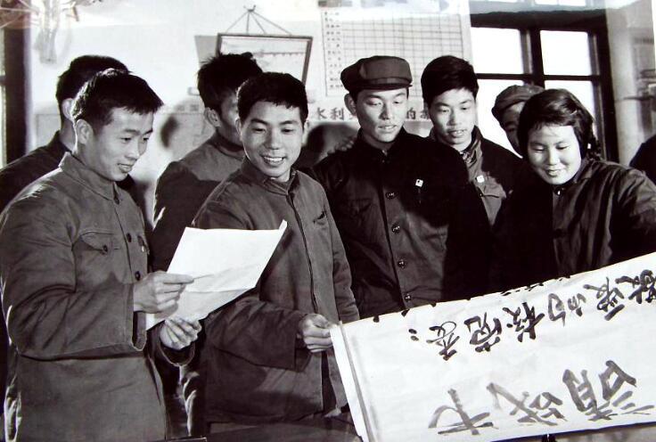 图为清华大学应届毕业学员在向校党委写请战书,要求分配到边疆去。(来源:网络)