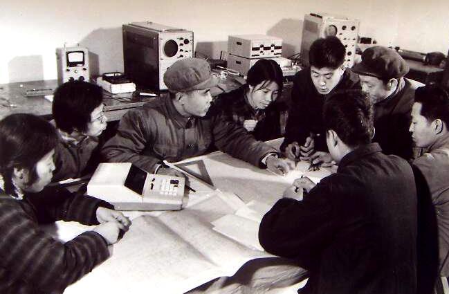 图为上世纪70年代,清华大学的师生们在一起探讨计算机的设计问题。(来源:网络)