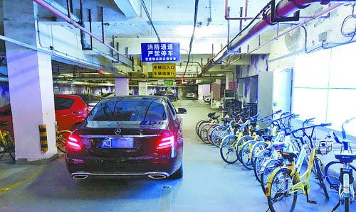 共享单车停放在机动车道上。