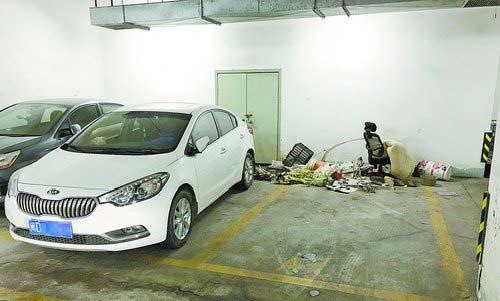 垃圾、杂物堆放在车位上。