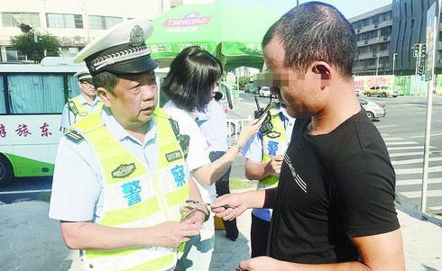 林某正在接受民警调查。