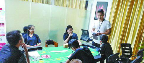 ▲民警在赌博现场对涉赌人员进行审问。