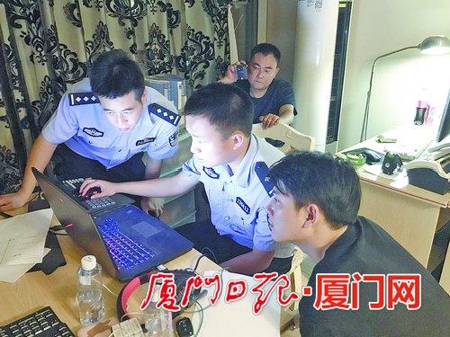 湖里公安分局民警在赌博窝点现场取证。
