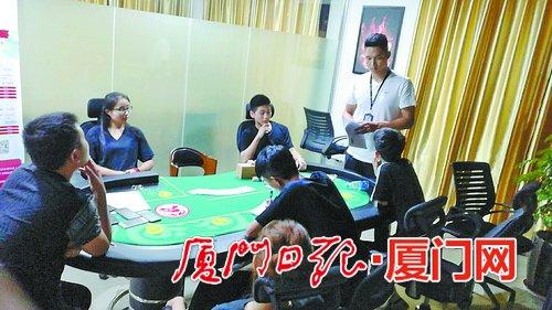 民警在赌博现场对涉赌人员进行审问。