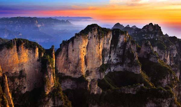 酒泉,嘉峪关晚上到达嘉峪关市,沿途欣赏祁连山风景和绿洲,戈壁风光.