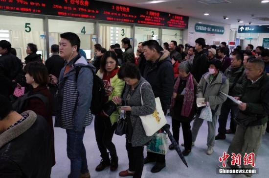 资料图:民众排队挂号。中新社记者 殷立勤 摄