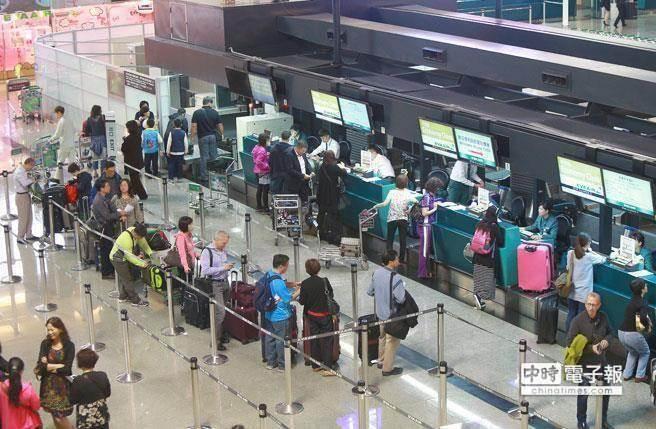 "Email通知航班异动,台湾旅客""看不懂英文""滞留美国怒提告。(图片来源:台湾""中时电子报"")"