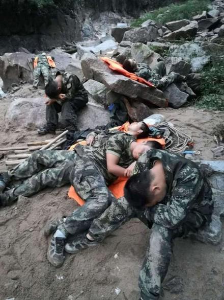 """2018年6月8日凌晨3时10分起,万安县消防大队官兵连续3天奋战在抗洪救灾一线,因为不间断往返转移营救被困群众,极度疲劳的他们席地而睡,留下""""最美睡姿""""。"""