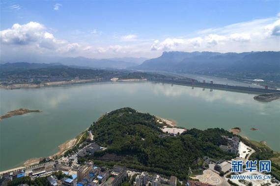 2018年6月2日,无人机在湖北省秭归县茅坪镇拍摄的三峡大坝船闸及凤凰山水域。图片来源:新华社