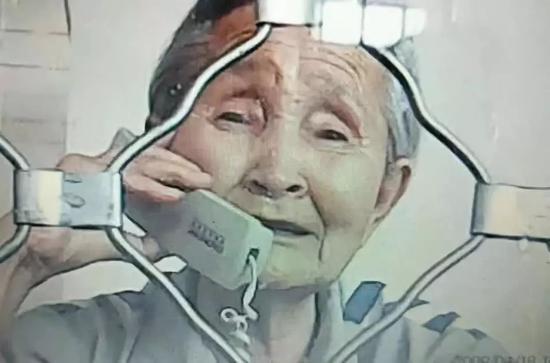 2018年6月,李淑贤的三女儿去监狱探望母亲,老太太神情悲伤。图片来源:财新网