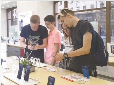 俄罗斯顾客正在选购中国品牌的手机。人民日报记者 屈 佩摄