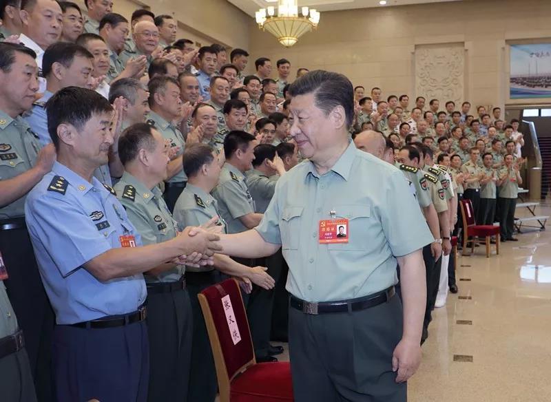 中央军委党的建设会议8月17日至19日在北京召开。中共中央总书记、国家主席、中央军委主席习近平出席会议并发表重要讲话。这是习近平亲切接见会议代表。新华社记者 李刚 摄