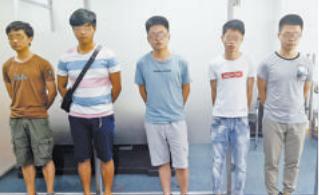 """诈骗嫌疑人被警方抓获,中间为冒充""""三灵道长""""的吴某鹏。"""