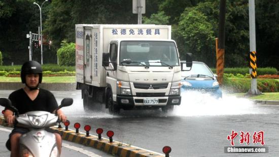资料图:台湾降雨致路面被淹。中新社记者 刘舒凌 摄