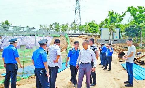 翔安城管执法人员深入调查重点项目是否有黑恶势力渗透其中。