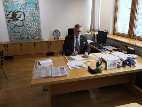 Rovaniemi Mayor Esko Lotvonen signing documents to open Confucius Insitutute at Lapland University.