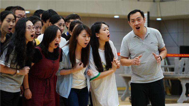 演员们认真地排练合唱王小京/摄