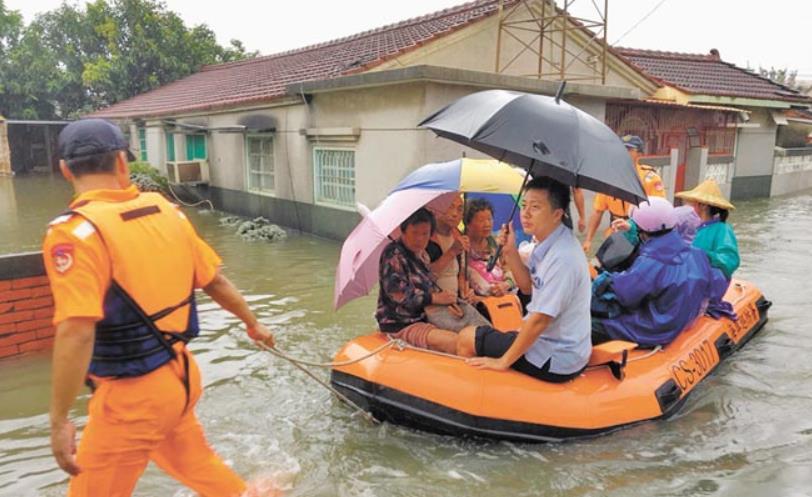台南北门区玉港里水淹过膝,多名高龄长者受困屋内出不了门。