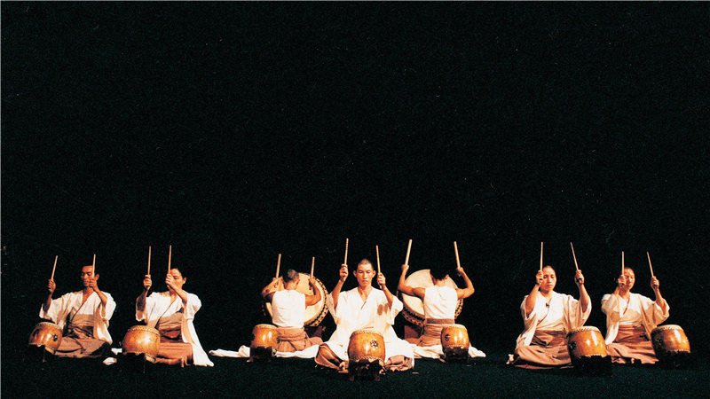 音乐总监黄志群则将音乐、击鼓、武术、静坐、舞蹈等形式融为一体,开创了剧团以击鼓和武术为基础的表演形式