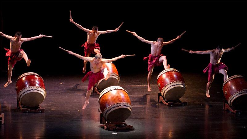 大鼓、大抄锣、大僧钵锣同时奏响,构成了立体、回旋而又水平的音响,在矛盾中充斥着和谐,就像生命周而复始的不断延续