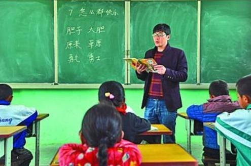 在甘肃省永靖县小岭乡土门村土门小学,校长鲜虎给一年级学生上语文课。