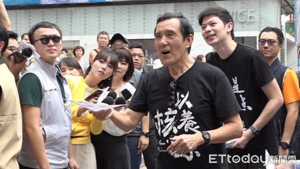 """马英九、台北市议员候选人李柏毅30日号召民众参与以核养绿""""公投""""联署。"""