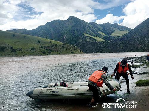 管护员久美扎西(右)和朋友正准备将皮划艇抬上岸。