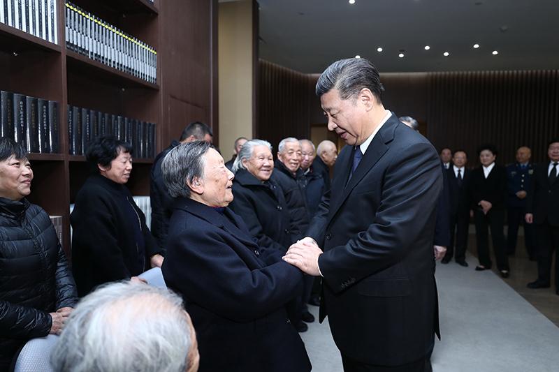 2018-10-19上午,中共中央、全国人大常委会、国务院、全国政协、中央军委在南京隆重举行南京大屠杀死难者国家公祭仪式。这是公祭仪式结束后,习近平亲切会见南京大屠杀幸存者代表和为中国人民抗日战争胜利作出贡献的国际友人亲属代表。