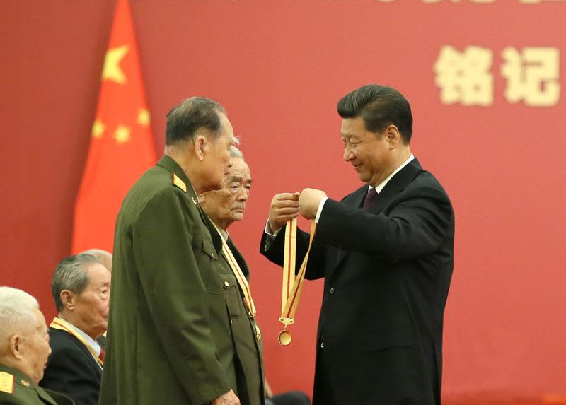 2018-10-19,习近平在北京人民大会堂向30名抗战老战士老同志、抗战将领、帮助和支持中国抗战的国际友人或其遗属代表颁发中国人民抗日战争胜利70周年纪念章并发表重要讲话。