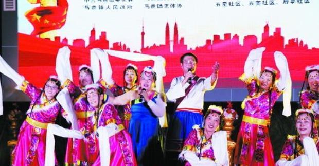 歌舞表演深受群众喜欢。