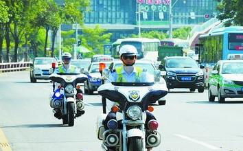 骑警骑着警用摩托车上路,常态化展开路面巡逻。