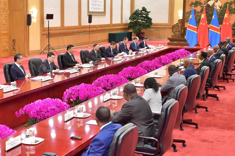 9月6日,国家主席习近平在北京人民大会堂会见刚果民主共和国总理奇巴拉。新华社记者 李涛 摄
