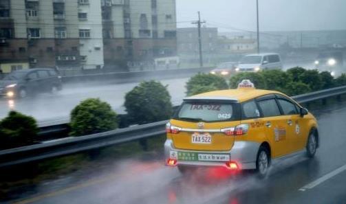 资料图:台湾豪雨。中新社记者 陈小愿 摄