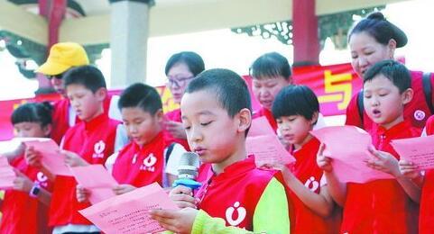 小志愿者宣传文明出行理念