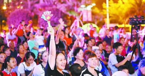 现场观众互动踊跃,气氛热烈。