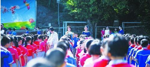 开学第一天的东渡小学,孩子们的腰板站得挺直。