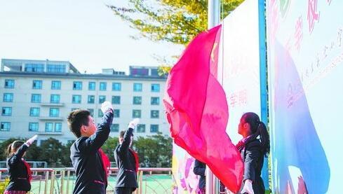 湖里实验小学的国旗班在暖阳下升国旗。